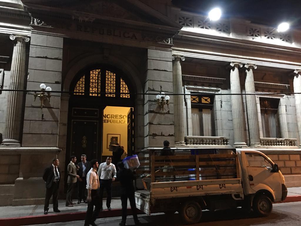 Momento en que al Congreso ingresaron las cajas con los expedientes para elegir a los magistrados de la CSJ. Foto: Carlos Sebastián