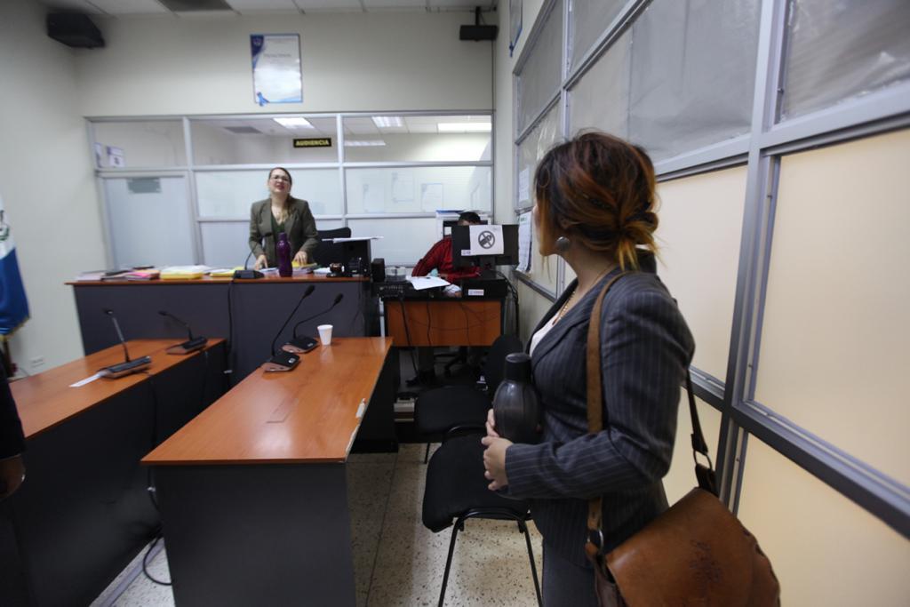 Pamela Flores observa a la jueza Marjorie René Azpuru después de la resolución a su favor. Foto: Carlos Sebastián
