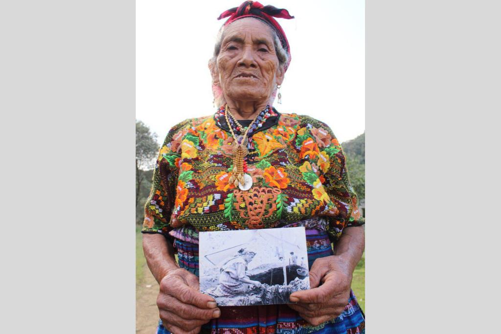 Años después de ver masacrada su comunidad, pobladores de Nebaj participaron en las exhumaciones de sus seres queridos. Foto: Juan Rosales