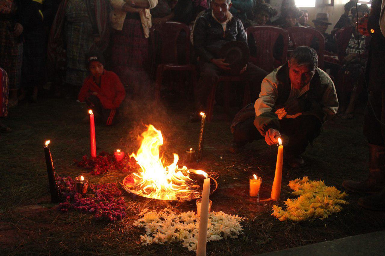 En diciembre se reunieron las víctimas de las masacres en Nebaj. Una ceremonia maya antecedió la reunión donde hablaron de sus expectativas de justicia en el caso contra Benecito Lucas y dos militares retirados más. Foto: Juan Rosales