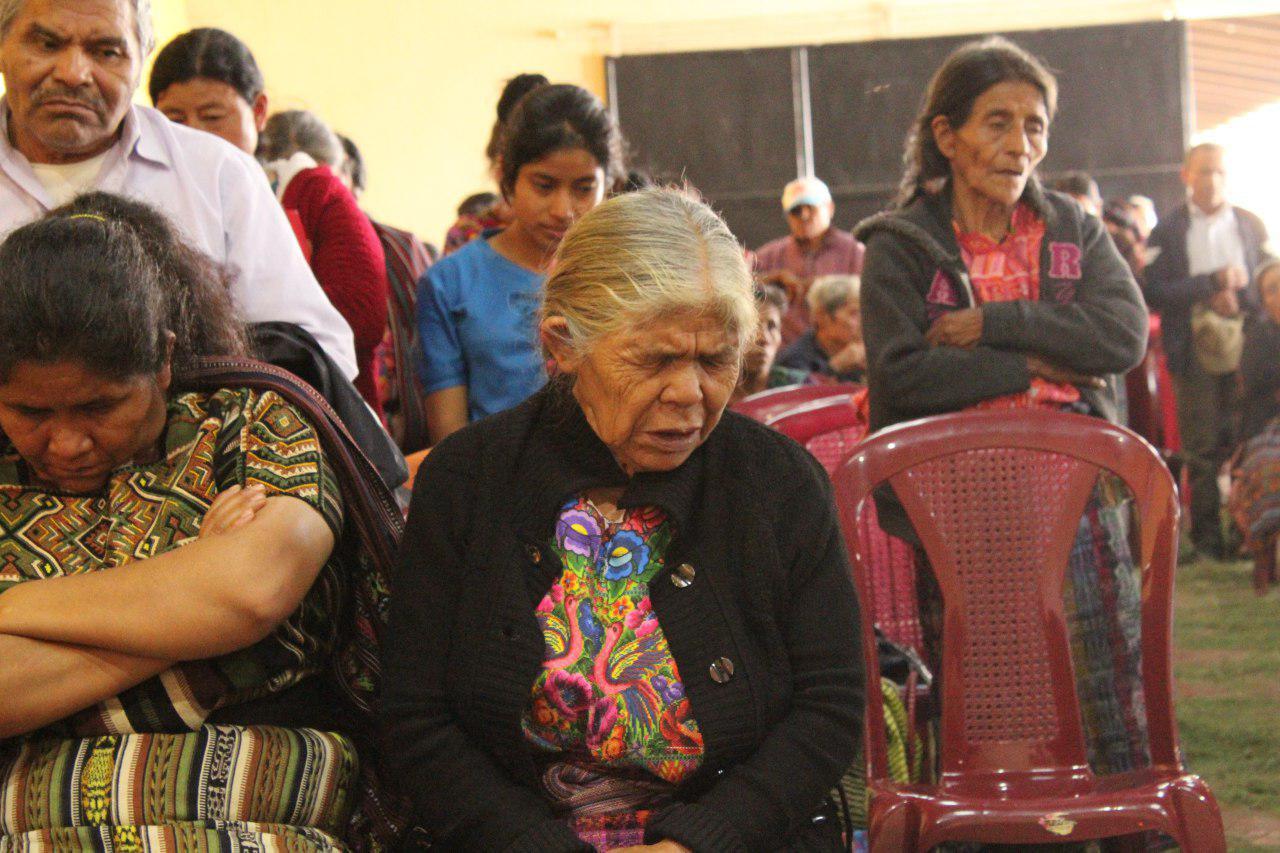Un poblador de Nebaj participa en una ceremonia para rendir memoria a las víctimas de la masacre de 1983. Foto: Juan Ramírez