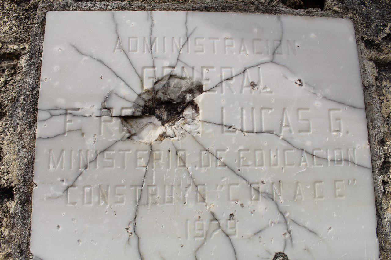Restos de una placa de una obra inaugurada en tiempos de Lucas García, en Nebaj. Foto: Juan Ramírez