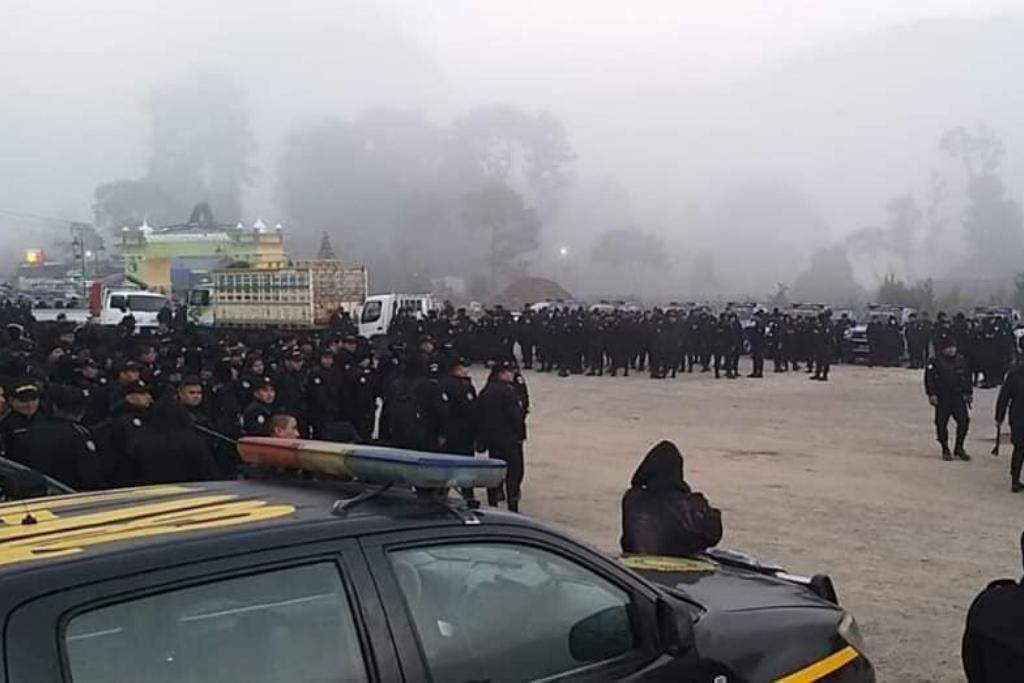 En diciembre hubo un intento de desalojo en las comunidades de Purulhá. Fueron llevadas varias patrullas y decenas de policías.