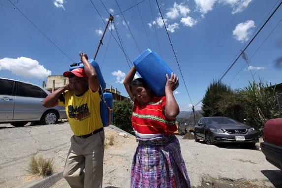 En la Ciudad de Guatemala, y en las afueras, vecinas tienen que comprar agua y reservarla en contenedores.