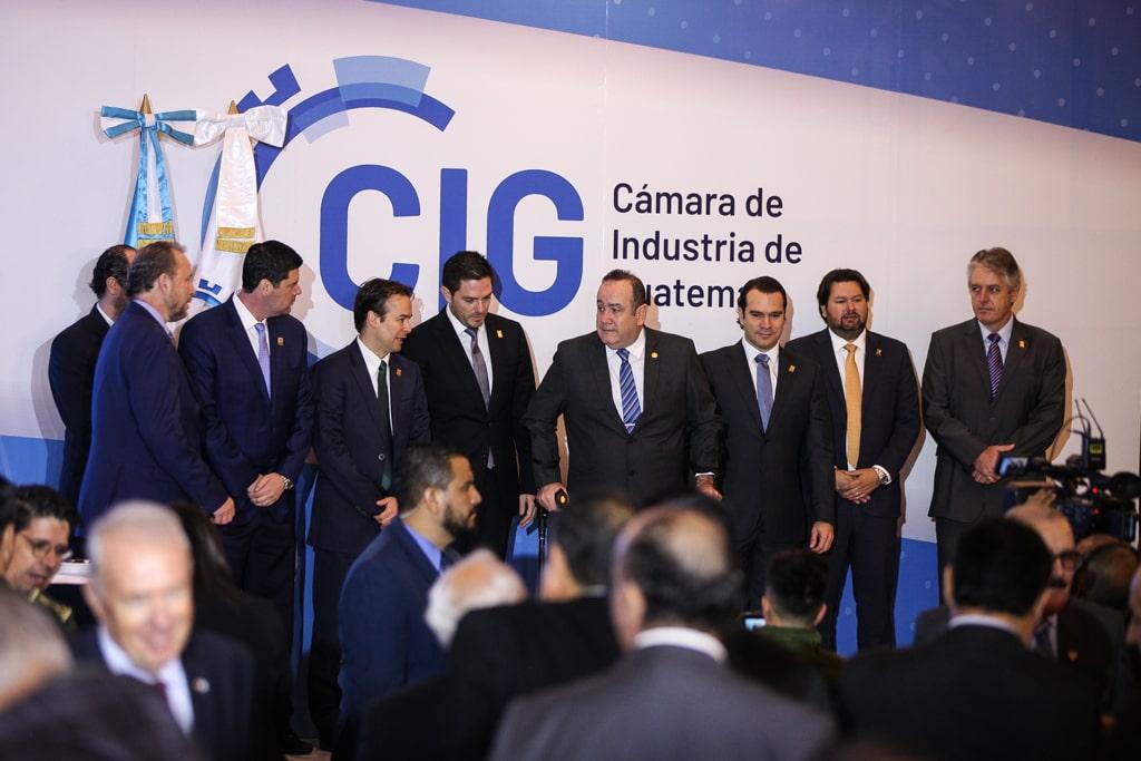 Giammattei junto a directivos de la Cámara de la Industria y su equipo de gobierno. Foto: Carlos Sebastián