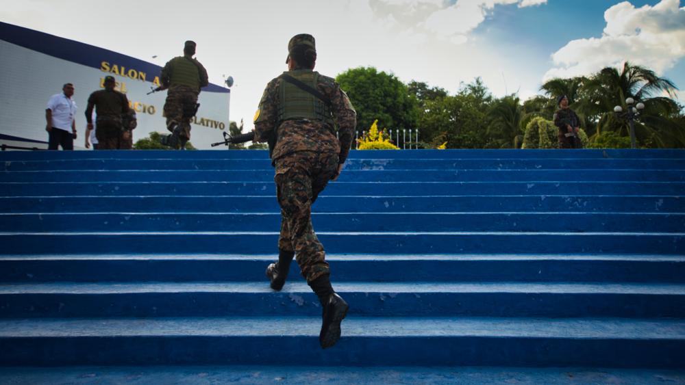Soldados de Fuerzas Especiales del Ejército Salvadoreño, corren hacia el Salón Azul de la Asamblea Legislativa, el pasado 9 de febrero de 2020, día que el presidente Nayib Bukele amenazó con disolver el parlamento por no aprobarle un préstamo de US$109 millones. Foto FACTUM/ Salvador MELENDEZ