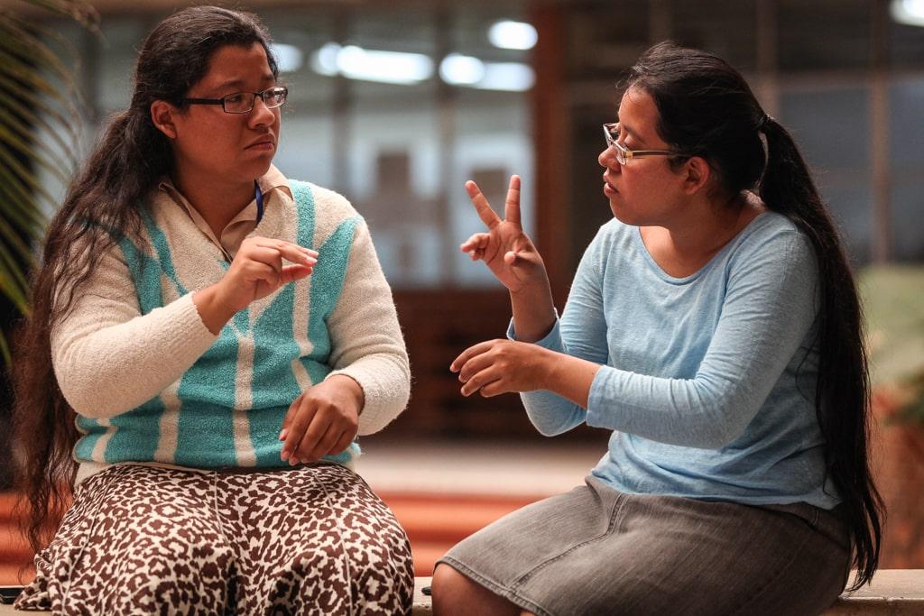 Nicté Lara (derecha) se inscribió a la misma carrera de su hermana para ser su intérprete. Foto: Carlos Sebastián