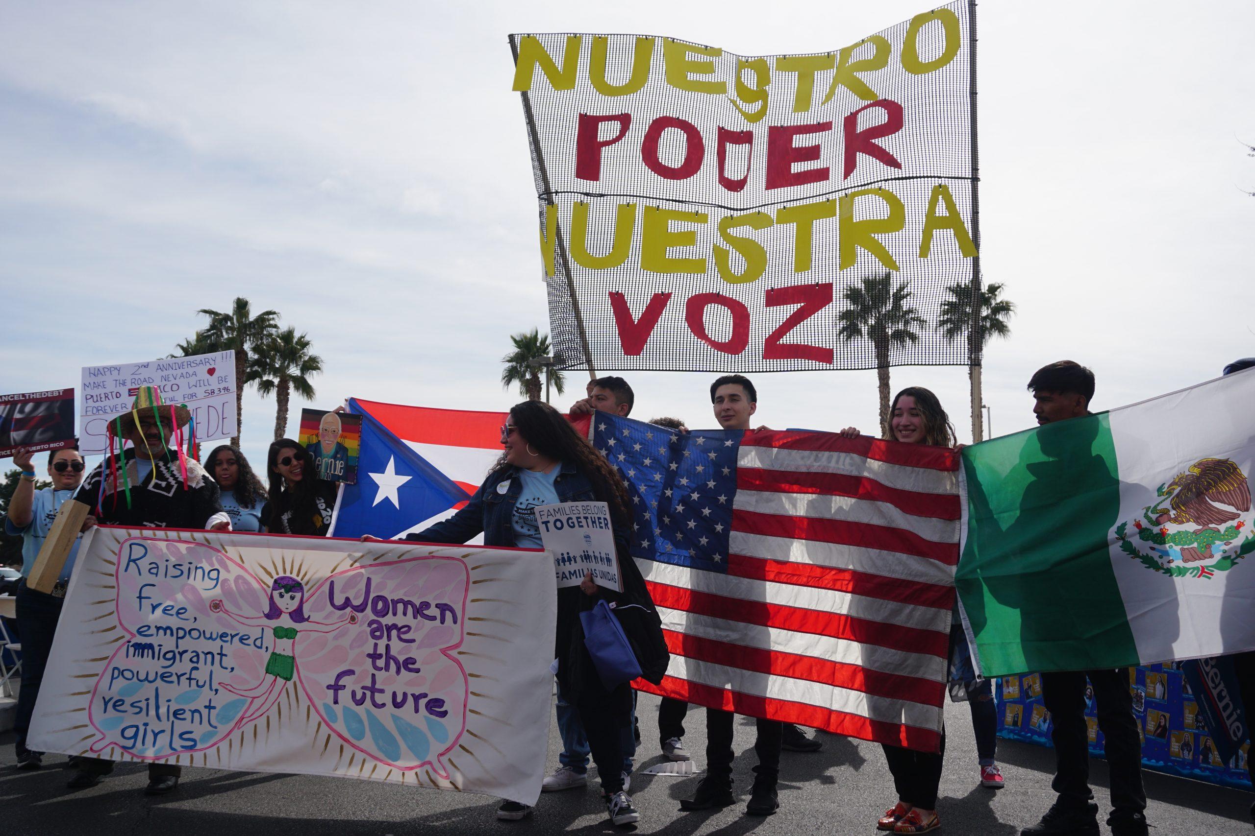 El sábado 15 de febrero Bernie Sanders habló en Las Vegas, Nevada, ante un mitin organizado por Make the Road, una ONG que vela por los derechos de los inmigrantes. Luego, encabezó una marcha de más de 1,000 personas —mayoritariamente latinos— a las urnas de votación temprana. Foto: Richard Brown