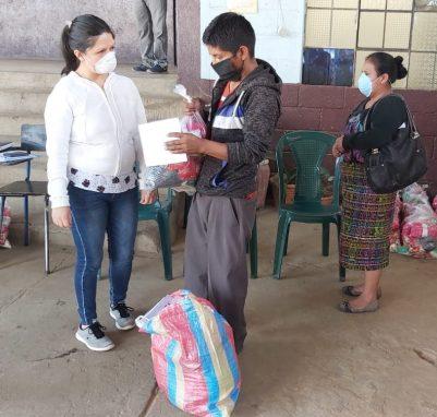 El Mineduc entrega bolsas de alimentos para los niños y niña que están estudiando desde sus hogares.