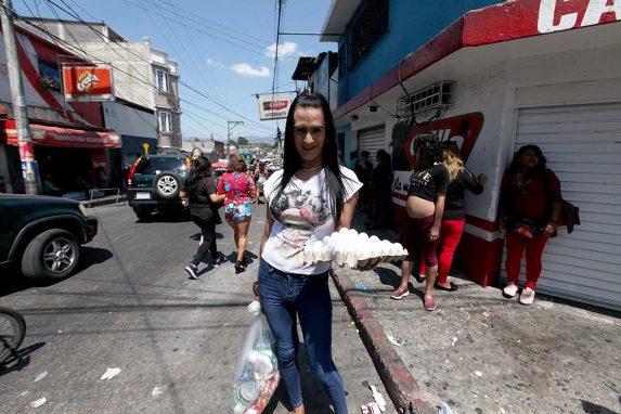 El ingreso económico de Valeska García, mujer trans y trabajadora sexual, ha disminuido mucho durante el toque de queda.