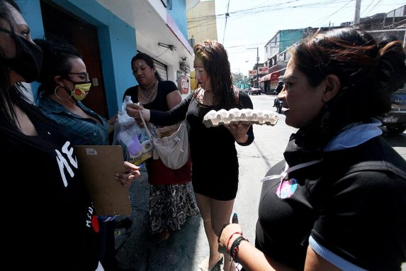 La organización OTRANS entregaron víveres a las mujeres trans trabajadoras sexuales en la zona 7, en El Trébol en la zona 11 y en la zona 1 de la Ciudad de Guatemala.