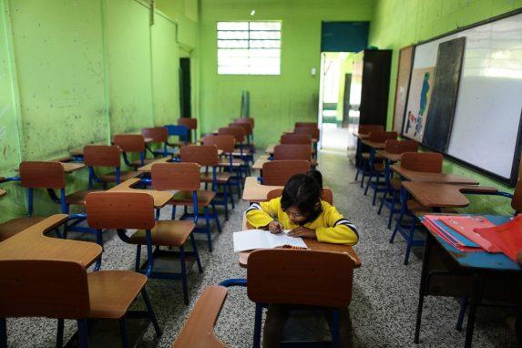 En el 2009, 7 de cada diez niños y niñas en edad para estudiar preprimaria estaban matriculados. El 2016 esa cifra bajó a 6.