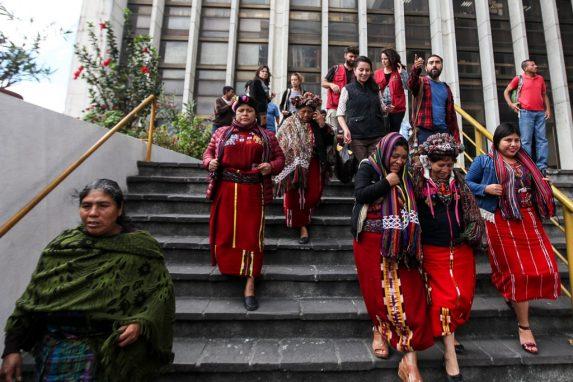 Pobladores del área ixil afuera de Tribunales.