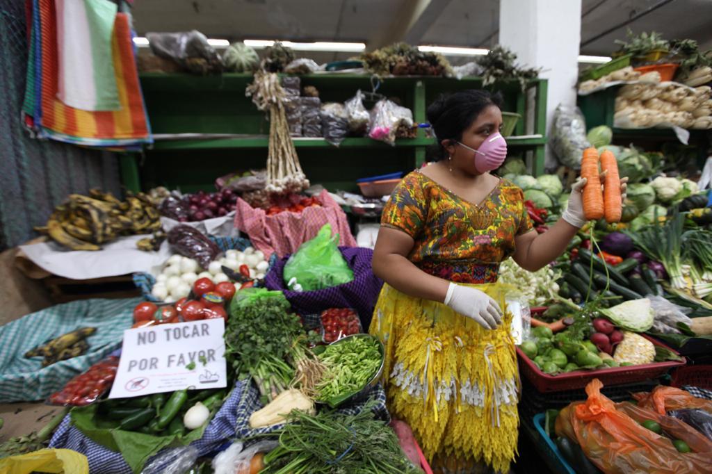 En el Mercado Central se venden productos con medidas de prevención.