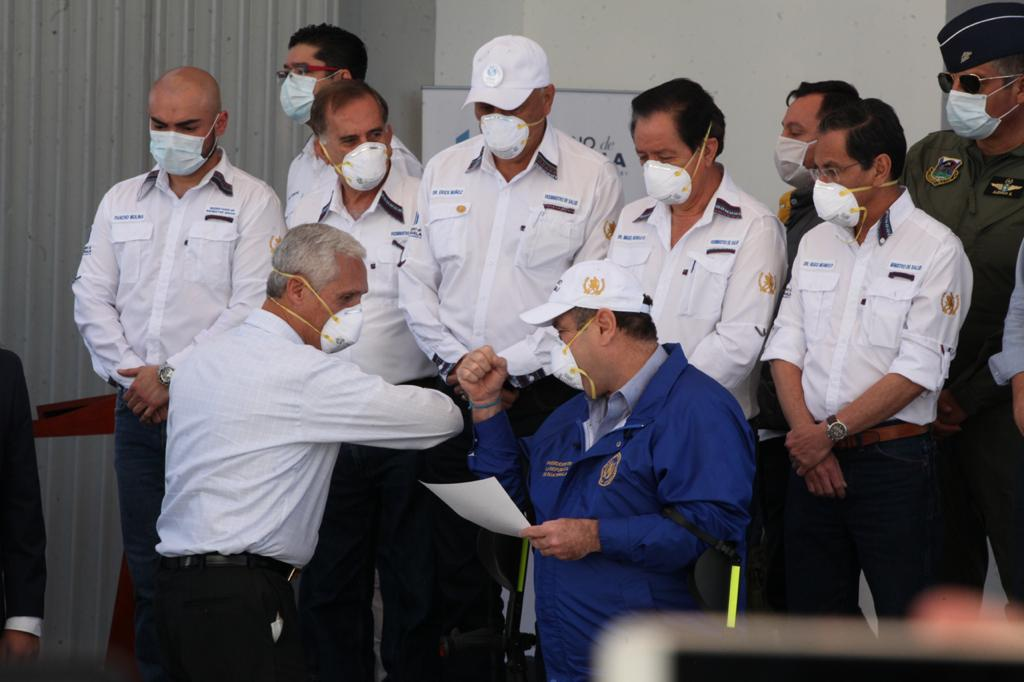 El presidente entregó diplomas a empresarios que hicieron donaciones para equipar el hospital temporal del Parque de la Industria. Foto: Carlos Sebastián