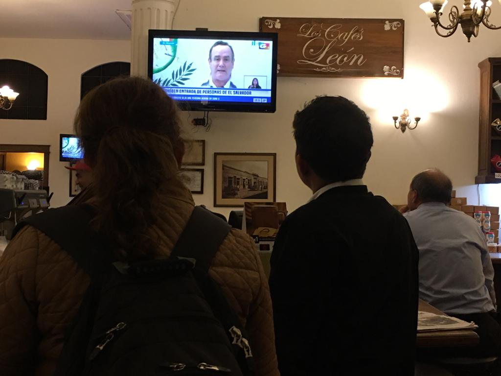Guatemaltecos escuchan la cadena nacional de Alejandro Giammattei. Foto: Carlos Sebastián
