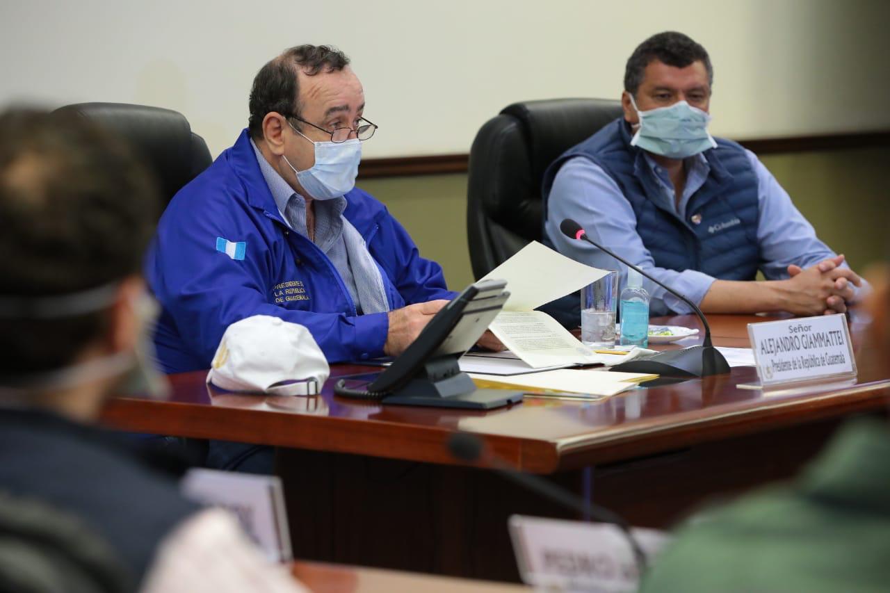 Alejandro Giammattei y Guillermo Castillo leen el acuerdo 6-2020 que establece toque de queda a partir del domingo 22 en horarios de 4 de la tarde a 4 de la mañana.