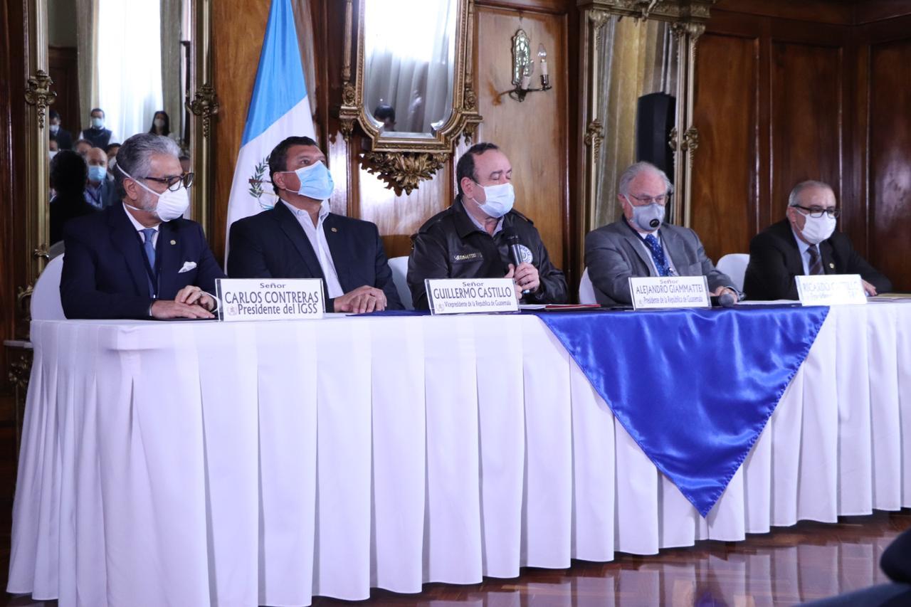 Los presidentes del IGSS, IRTRA e Intecap en conferencia con Alejandro Giammattei y Guillermo Castillo.