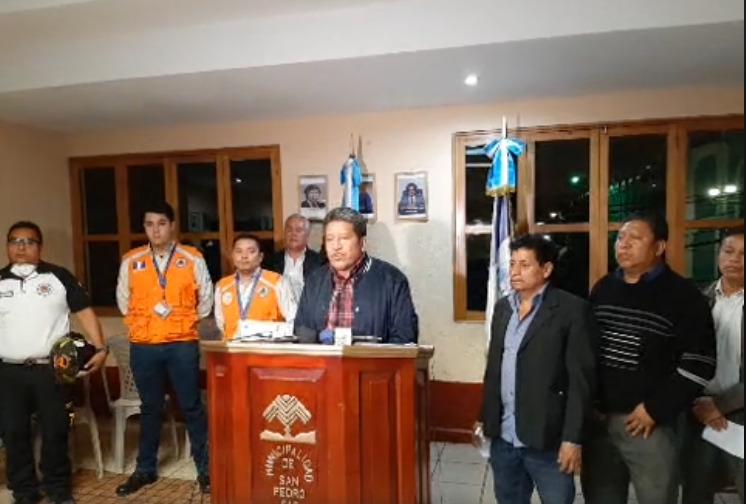Noé Boror, miembros el concejo y representantes de Conred informan sobre las medidas de prevención, contención y seguridad en San Pedro Sacatepéquez, lugar donde falleció un hombre con síntomas de coronavirus (Covid-19).