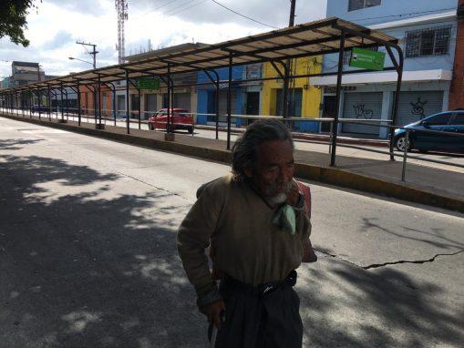 Las paradas del transmetro están vacías. Sin embargo, hubo personas que fueron a trabajar y se transportaron en picop o microbús.