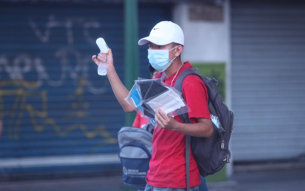 Un hombre vende mascarillas y alcohol en gel para aprovechar la coyuntura y agenciarse de unos ingresos.