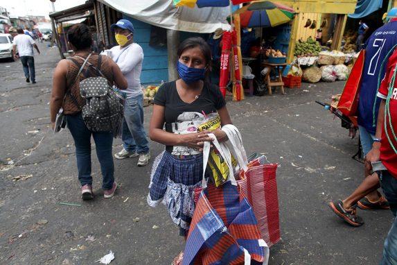 Antonia Chumil tiene 7 meses de embarazo y camina 5 km de su casa hacia el mercado La Terminal.