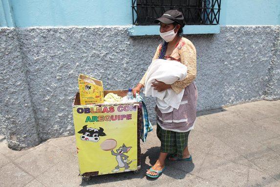 A la hora del almuerzo, Isabel Ixcoy todavía no ha vendido una sola de sus obleas.